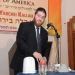 Harav-Meir-Hellman-demonstrating-to-the-Yarchei-Kallah-participants-the-process-of-dyeing-techeles