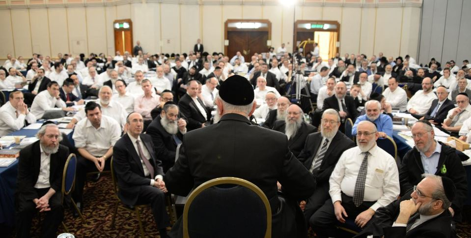 crowd_listening_intently_as_rav_zilberstein_speaks_lores