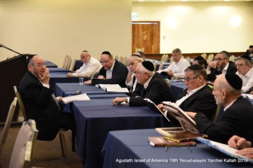 YYK_2019_Mon_Rabbi Shmuel Bloom giving the Daf Yomi Shiur