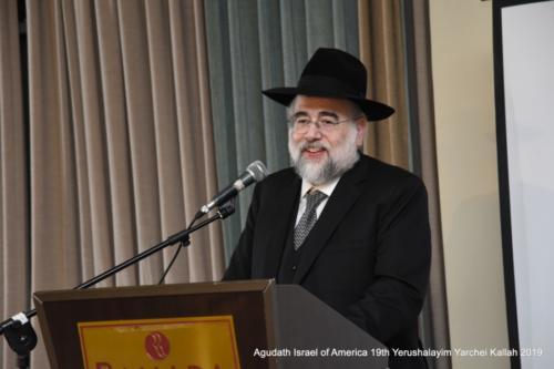YYK_2019_Tues_Rabbi Moshe Elefant speaking at Siyum